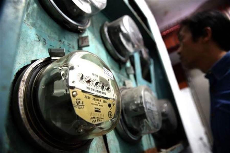 經濟部今日依計畫核定新電價,調整後每月平均電費可減少約72元,小商店部分每月電費約可減少約138元。(本報系資料照片)