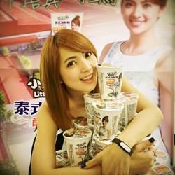 阿喜伴遊泰國涼差 推出冠名杯麵吸金百萬