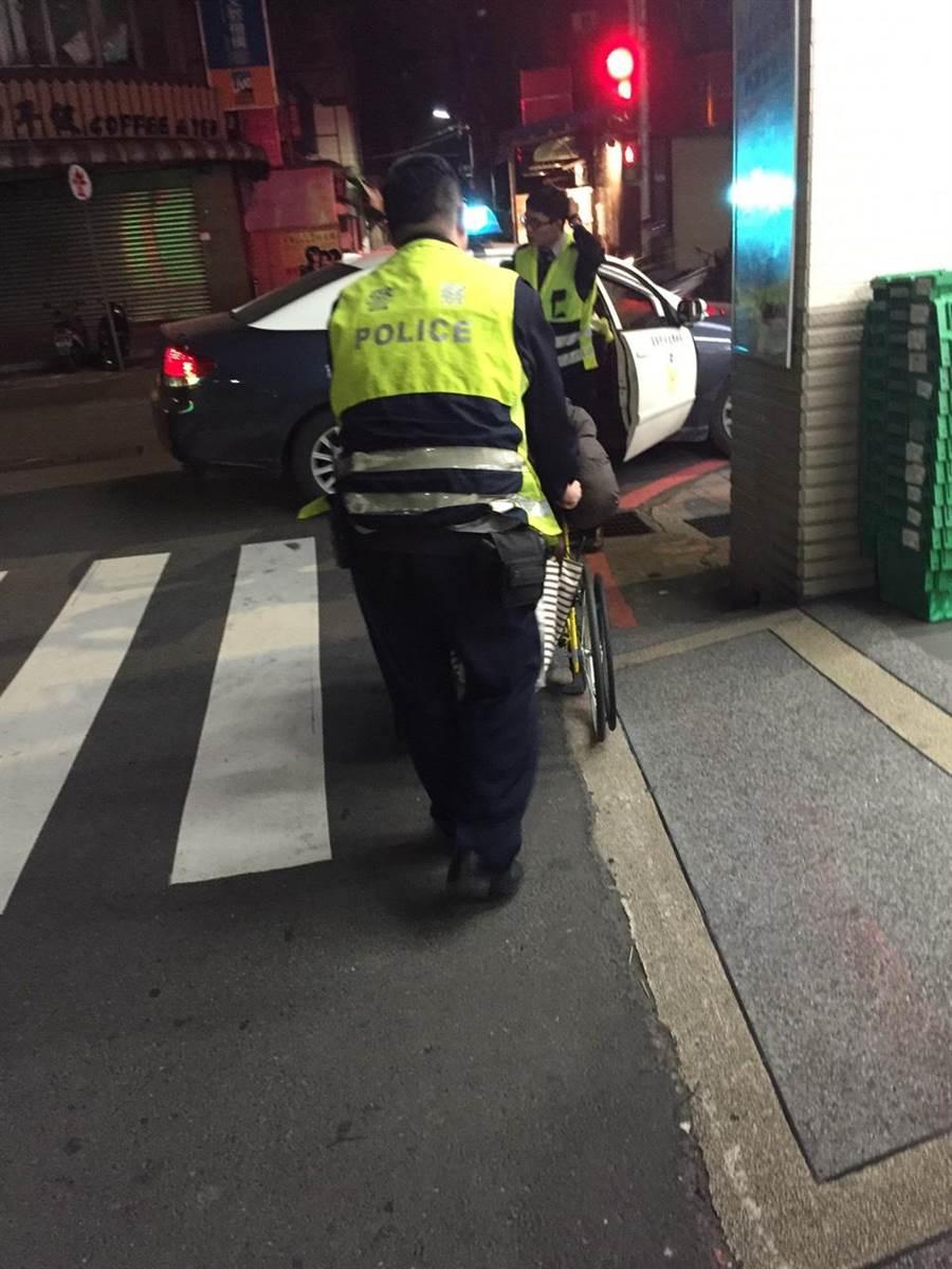 石姓男子行動不便流浪街頭,警方協助安置。(葉書宏翻攝)