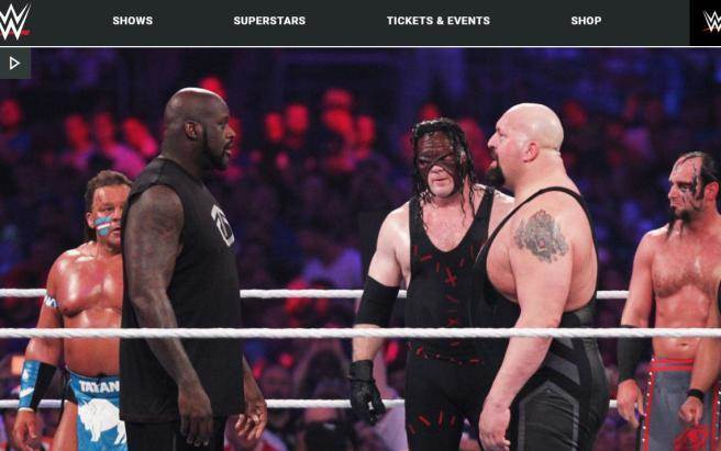 「俠客」歐尼爾(左)上陣對戰摔角手Big Show。(摘自WWE官網)