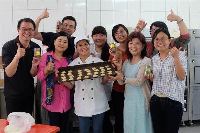腦麻女孩李宜紋(前右三)製作餅乾送給家扶中心,做為母親節禮物。(張朝欣攝)