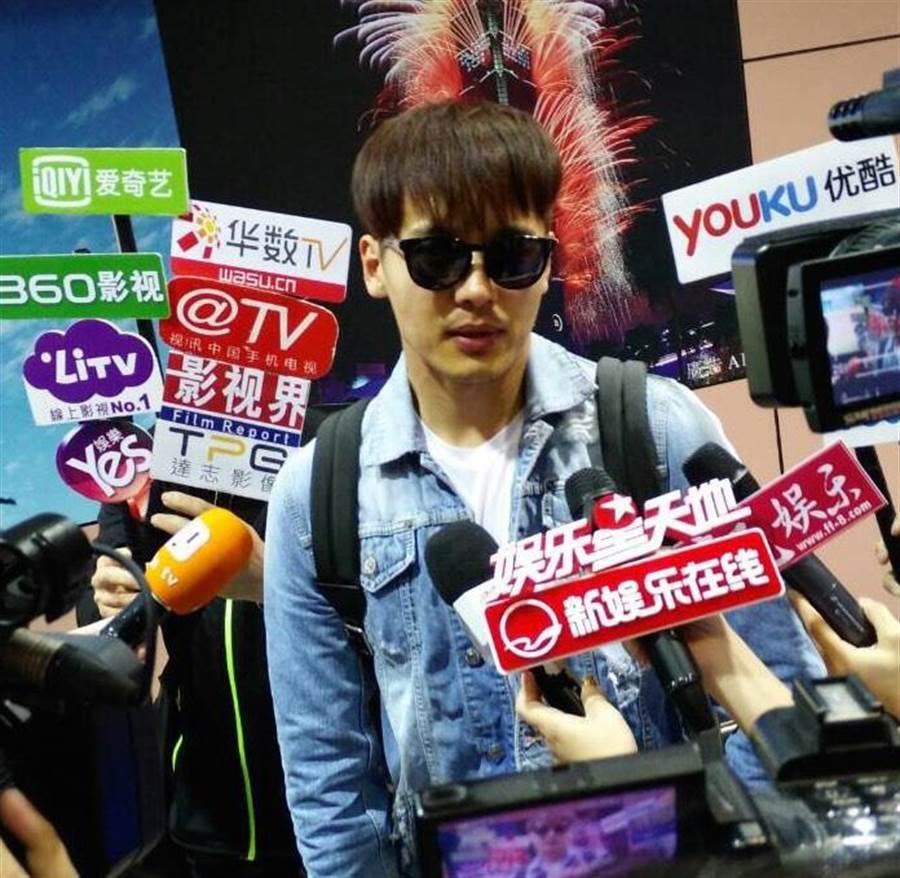 高雲翔第一次來台灣,面對熱情接機的粉絲,他表示:「很興奮!」也希望這次在華視的播出可以讓更多觀眾喜歡這部作品。(華視提供)