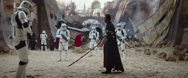 ↑甄子丹在《星際大戰外傳:俠盜一號》飾演盲眼武士,以長棍輕鬆擺平風暴兵。(取材自YouTube)