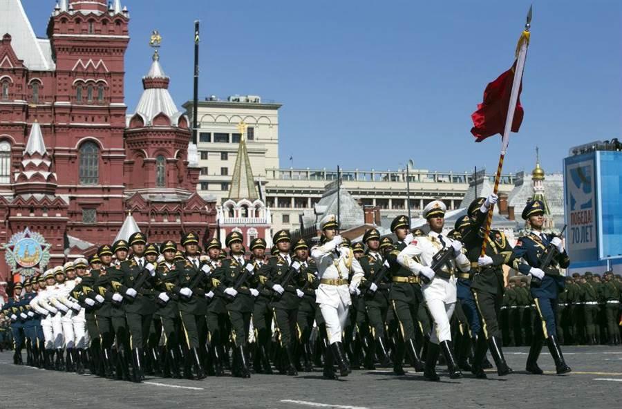 中國三軍儀仗隊在紅場的閱兵式。(圖/新華社)