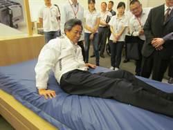 張揆參訪雃博公司 試躺防褥瘡產品