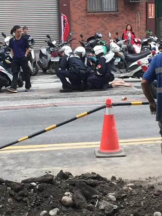 警察騎車飛撲壓制持刀男 網友:超霸氣