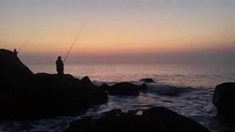 金門后湖黑巖5釣客受困 消防局成功救援