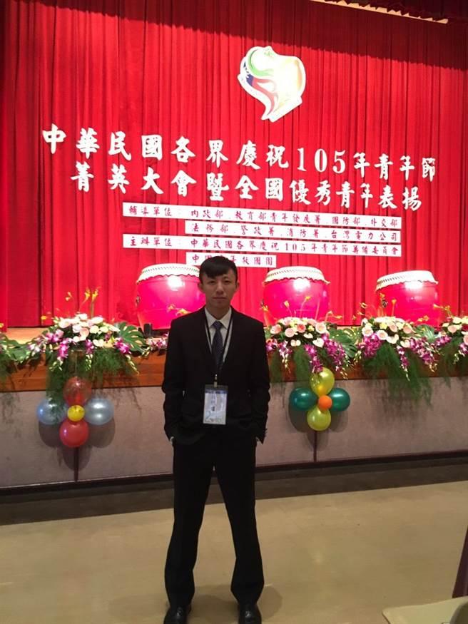 東南科大休管系學生周振偉,以擔任台灣啦啦隊國家代表隊,及該校競技啦啦隊隊員期間的卓越表現,獲選全國優秀青年。(葉書宏翻攝)