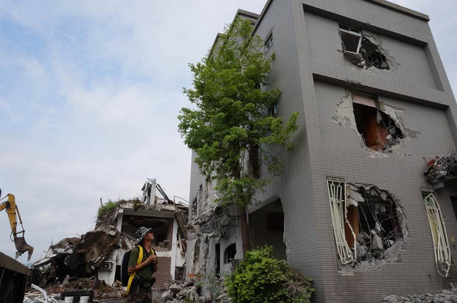 「我的家沒了!」賴姓地主兒子賴俊宇無奈望著住了20多年的家,今天清晨4點半無預警遭怪手拆除。(盧金足攝)