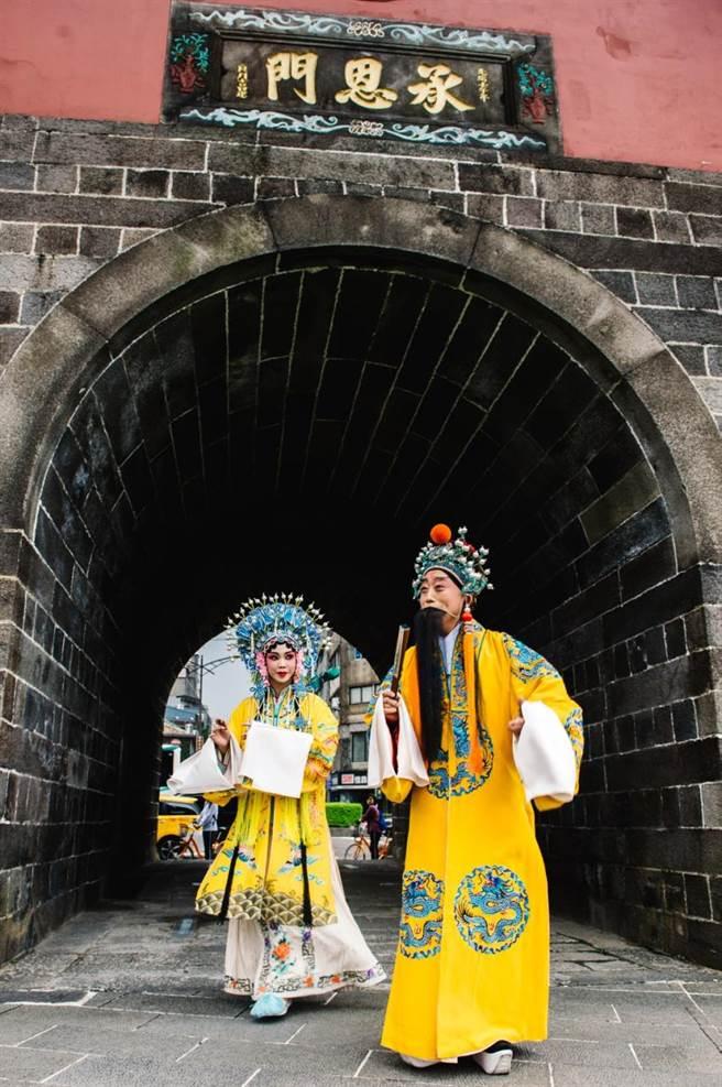 京劇名家李寶春為新戲《京崑戲說長生殿》宣傳,扮裝唐明皇今(12日)下午於台北北門快閃,如同穿越劇的場景,引起不少民眾圍觀。(郭吉銓攝)