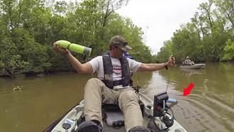 有東西上鉤? 當男子準備伸手拿起魚餌 隨後卻嚇得尖叫出聲!