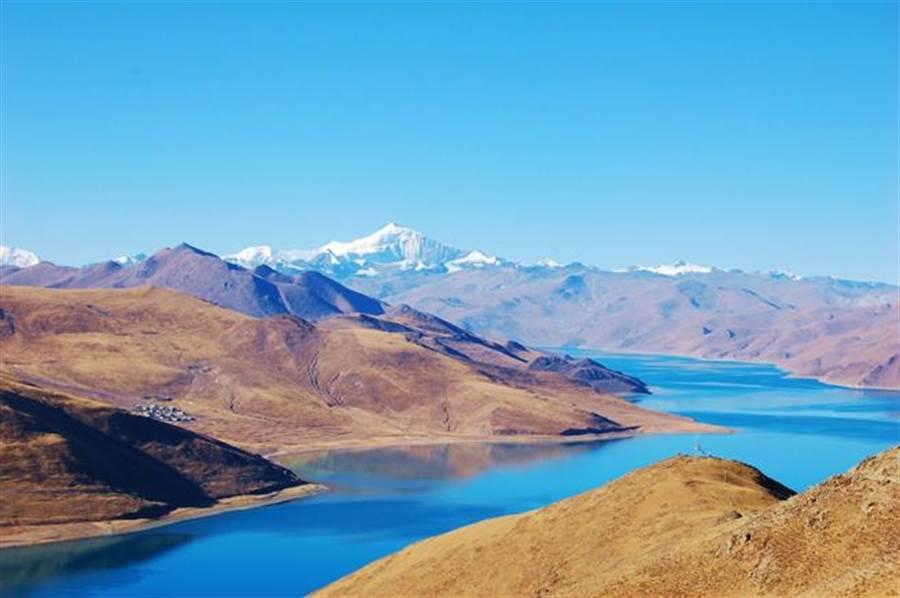巡禮西藏的高山大湖,豐富多彩的「青藏香格里拉」美得讓人喘不過氣。圖為羊卓雍措。(圖/時報旅遊提供)
