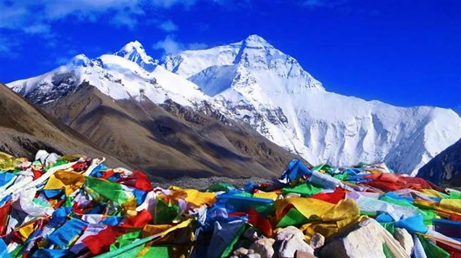 珠穆瑪朗峰遠觀凜然,藍天之下更顯卓越。(圖/時報旅遊提供)