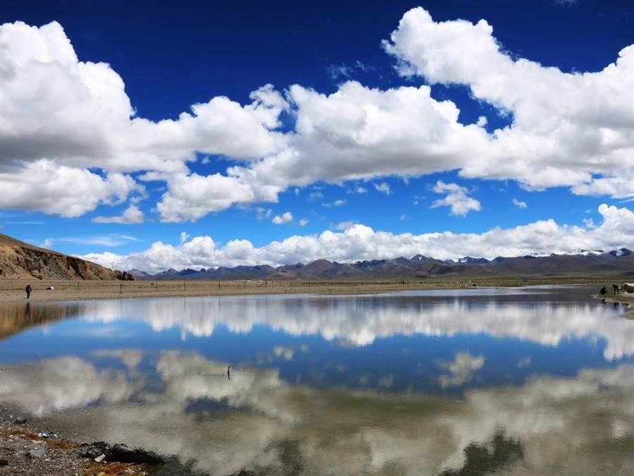 納木措湖山光水色與白雲互相映照,彷彿天然風景畫。(圖/時報旅遊提供)
