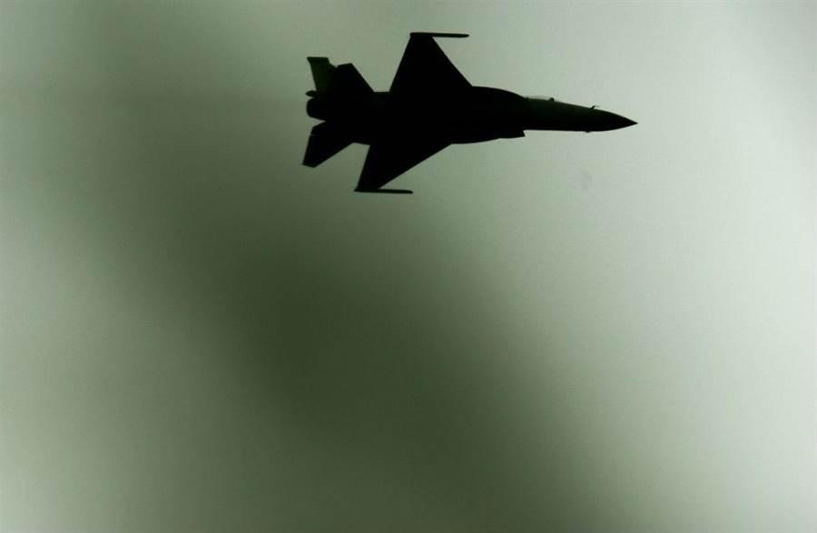 中國戰機「梟龍」亮相巴黎航展。(圖/新華社)