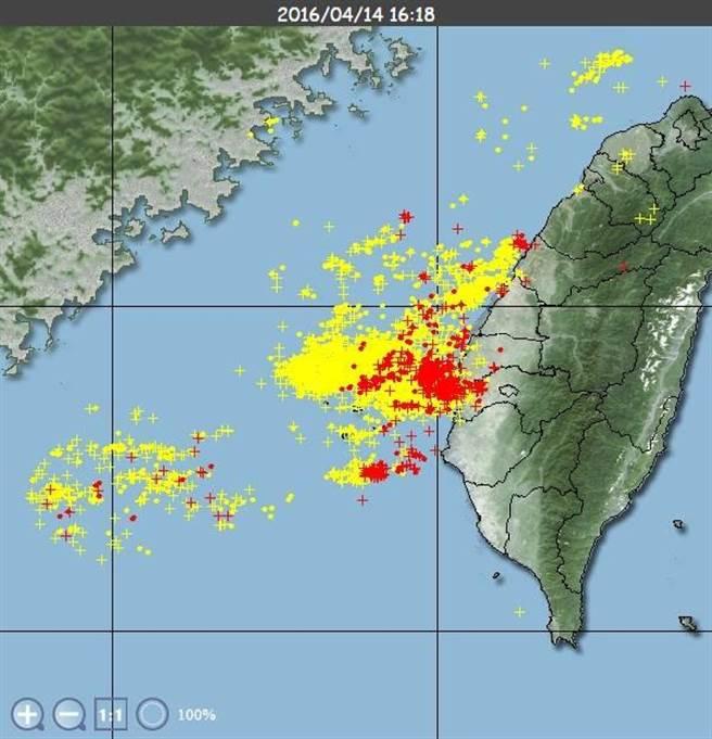 鄭明典表示,圖中「+」代表雲對地閃電,紅色的是過去5分鐘內的紀錄,黃色是1小時內的紀錄。並提醒民眾,雲對地閃電非常危險。(圖取自臉書)