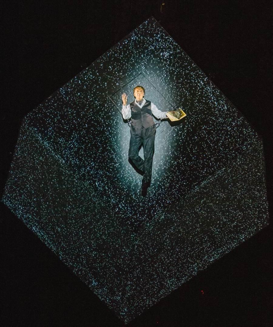 過精密機關設計的巨大旋轉四方盒,就是《癮‧迷》的演出舞台,演員順著四方盒轉動而走位演出,透過多媒體投影、內建機關,演員得以瞬間移動在美國紐約和法國巴黎之間。(郭吉銓攝)