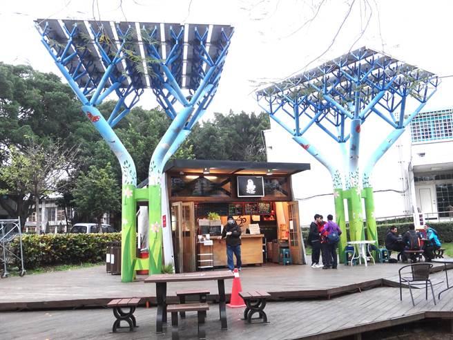 「哇!太陽能無所不在!」勞動力發展署中彰投分署在園區建置節能屋,利用創意設計融入太陽能發電系統,也是學員休憩充電的好地方。(盧金足攝)