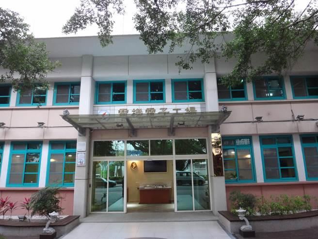 勞動力發展署中彰投分署有40年歷史的電機電子工場,節能改造變身綠建築。(盧金足攝)