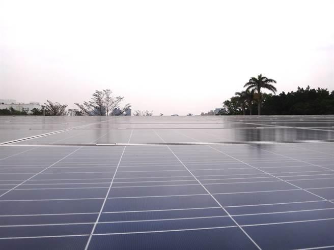 電機工場頂樓建置太陽能發電系統,1年可產生18-20萬度電,是榮獲鑽石級標章的得獎關鍵。(盧金足攝)