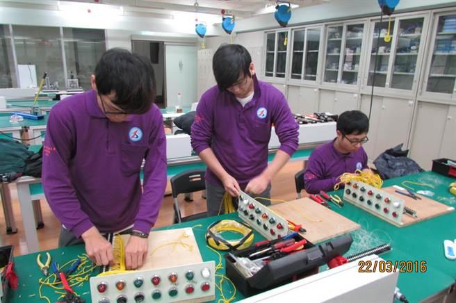 勞動力發展署中彰投分署「電機電子工場」開辦的智能化產碩專班,多年來培養很多人才。(盧金足攝)