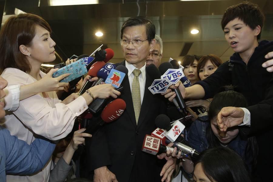 翁啟惠返國受訪致歉,強調絕無內線交易。(方濬哲攝)