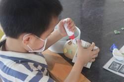 捲筒變身筆筒 孩童傳遞環保