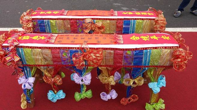民間企業聯名製作的壓轎金長凳,做工精美,還用七彩緞帶裝飾。(劉姓民眾提供)