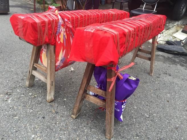大甲媽墊轎金常遭信徒爭搶,民眾以紅紙層層包覆,再用繩子五花大綁,防護措施滴水不露。(王文吉攝)