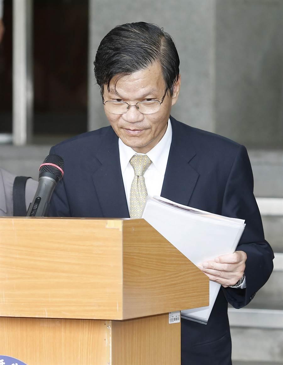 中研院長翁啟惠在評議會結束後出面說明會議情形,並為浩鼎案讓中研院形象受損與社會紛擾,表達歉意。(姚志平攝)