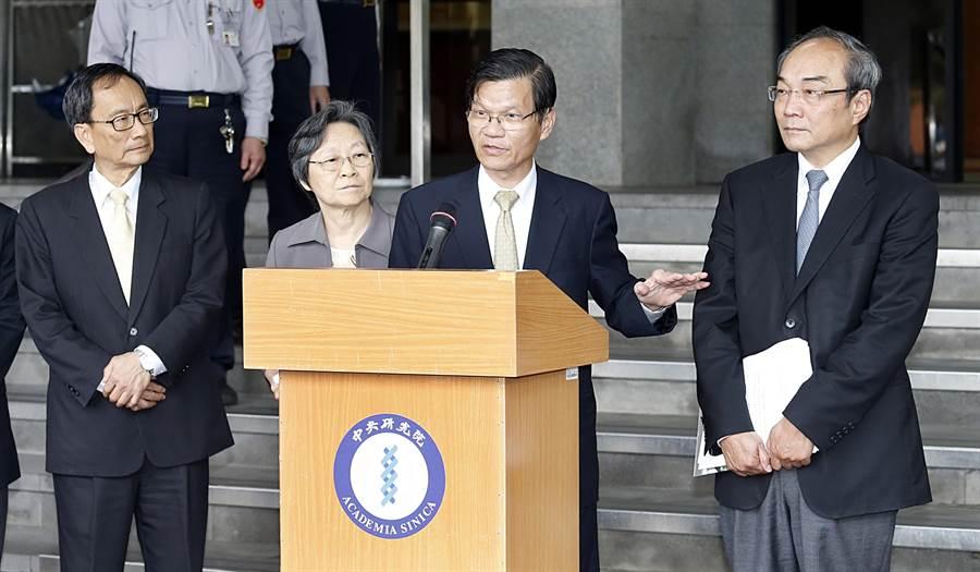 中研院長翁啟惠(右二)在評議會結束後與3位副院長王汎森(右)、王惠鈞(左起)、王瑜出面說明會議情形。(姚志平攝)