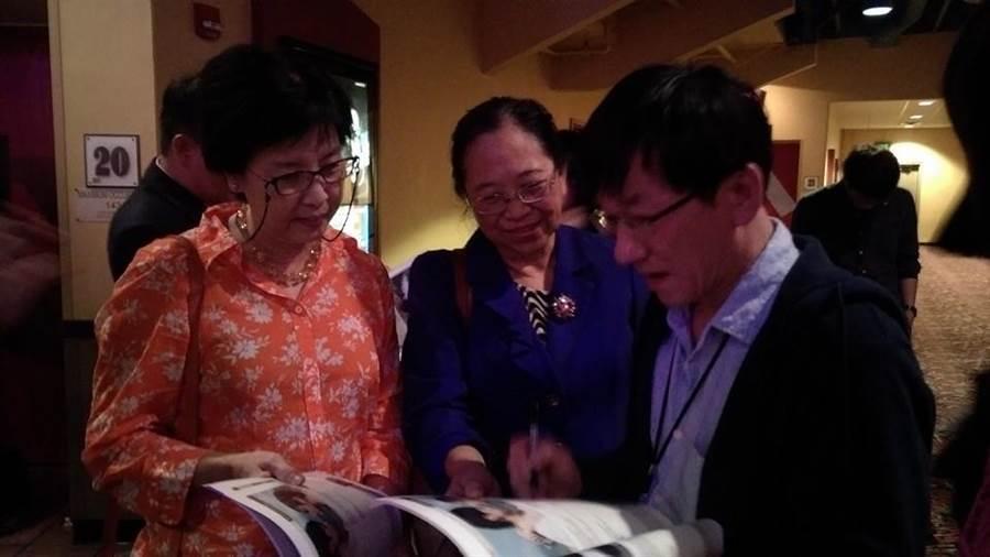 導演江豐宏(右1)為觀眾簽名。(取自臉書)