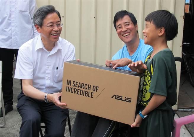 行政院長張善政(左1)到梧棲探視弱勢郭宗興(中)父子,致送筆記型電腦。(陳淑芬攝)