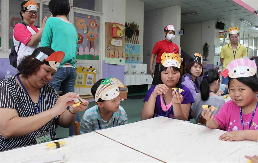 連鎖壽司店教導苗栗家扶中心孩子與家長動手做壽司。(黎薇攝)