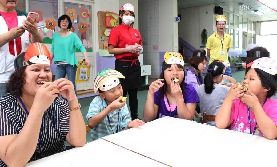 連鎖壽司店教導苗栗家扶中心孩子與家長動手做壽司,做完後立即品嚐,享受現做壽司的滋味。(黎薇攝)