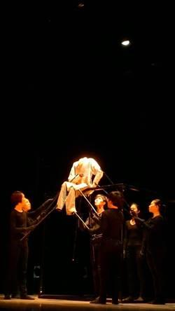 三十舞蹈劇場《所在:人與偶幻化的奇特空間》 用衣服跳舞