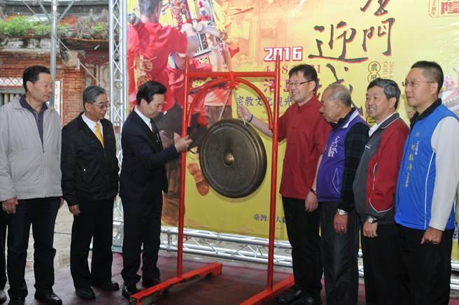 金門迎城隍今天在陳福海縣長(左中)等人開鑼下起跑,展開為期1個多月的系列活動。(李金生攝)