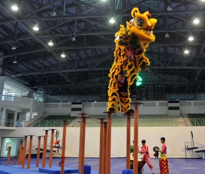 「獅王爭霸賽」將於5月7日、8日登場,地主隊在開幕典禮中示範表演。(李金生攝)