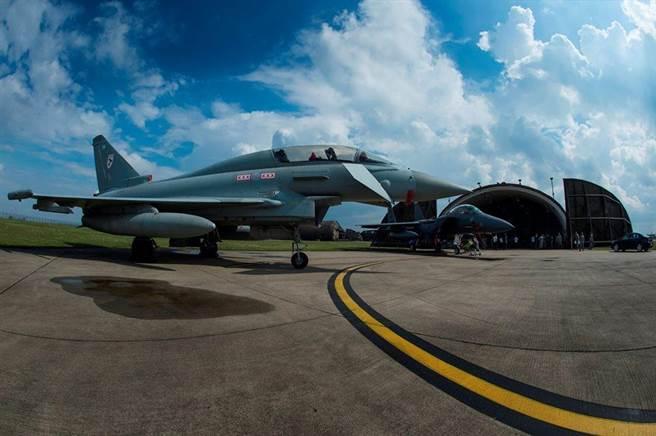 雷肯西斯基地的颱風式戰鬥機與美軍F-15戰鬥機與英國皇家空軍颱風戰機。(英國皇家空軍)