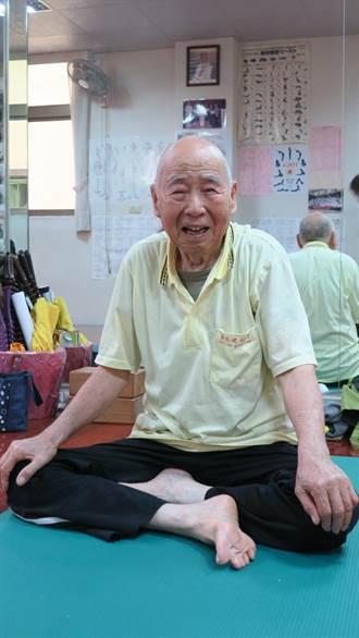練瑜珈10年 94歲筋骨超軟Q