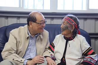 重視傳統文化 洪孟啟探視泰雅族百歲紋面耆老