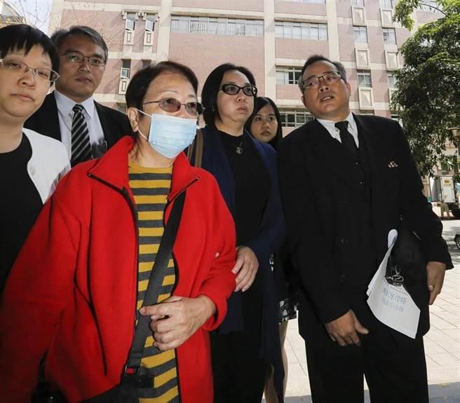 「臺北夜店殺警案」一審宣判,薛警妻子(右二)與薛警母親(右三)在律師陪同下進入。(陳仁萱攝)
