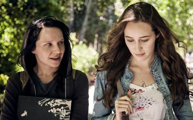 麗柔阿莉斯(左)在片中對艾莉西亞戴南卡瑞十分著迷。(采昌國際多媒體提供)