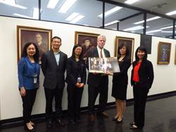 徐詠梅贈二戰史料予多倫多大學