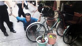 警騎單車追賊卻「落鍊」 記者路過助一臂之力