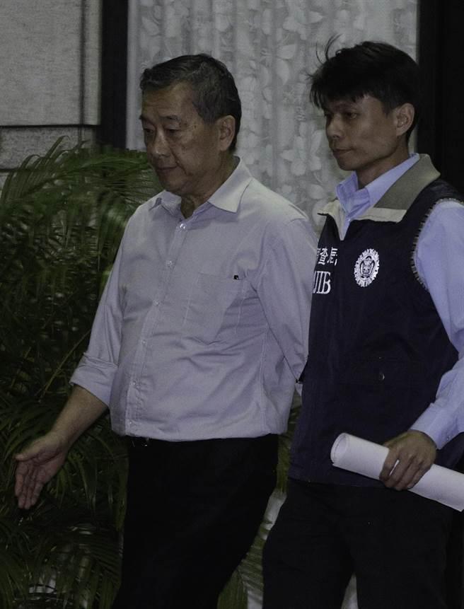 浩鼎生技公司董事長張念慈(左)移送士林地檢複訊。(方濬哲攝)
