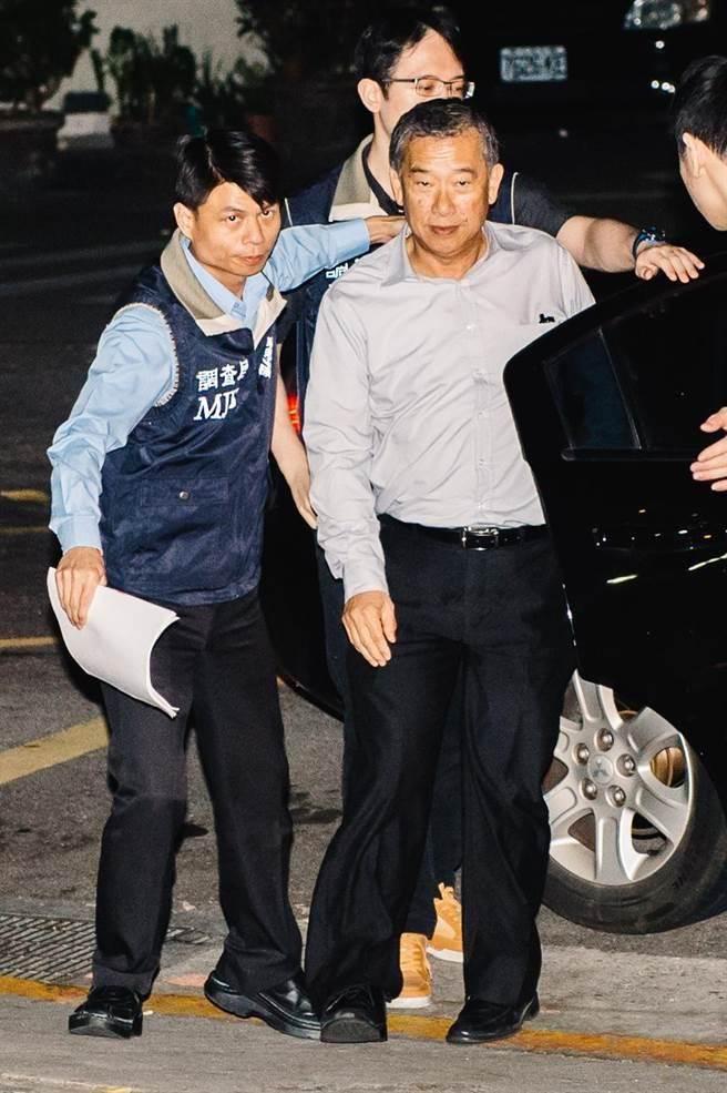浩鼎董事長張念慈(前右)21日於台北市調處約談後,移送士林地檢複訊。(郭吉銓攝)
