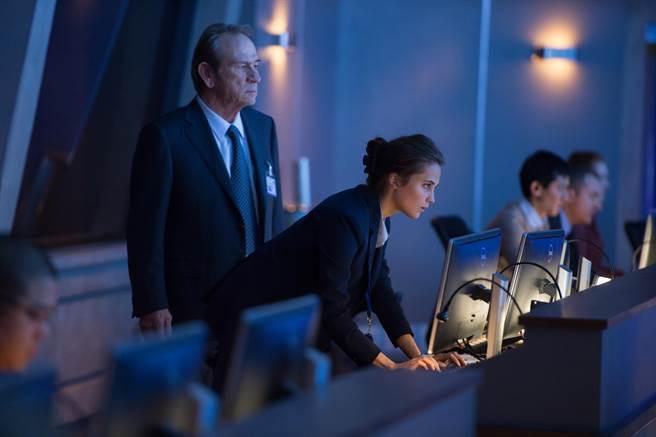 湯米李瓊斯(左)和艾莉西亞薇坎德也加入《神鬼認證:傑森包恩》演出。(UIP提供)