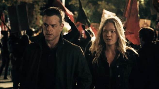 ↑茱莉亞史緹爾(右)和麥特戴蒙在《神鬼認證:傑森包恩》一同追查真相。(UIP)