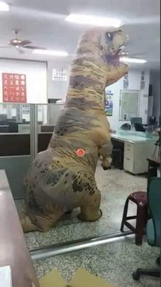 萬安演習著恐龍裝逛大街  男遭裁罰